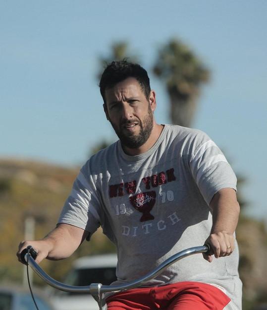 Adam Sandler se na kole netvářil příliš nadšeně.