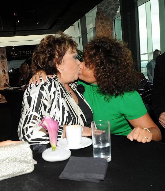 A takhle vypadá pořádná pusa v jejich podání.