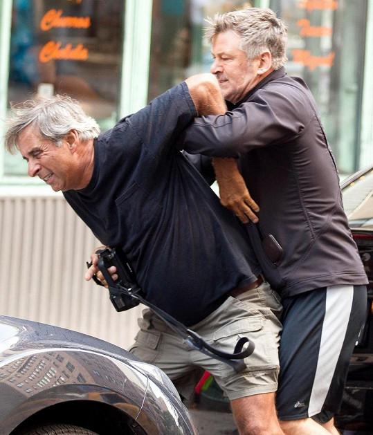 Nepříjemný střet herce s fotografem vypadal celkem vyhroceně.