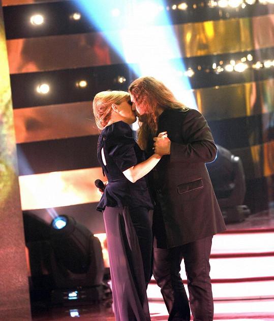 Bára Basiková a Petr Kolář při vášnivé líbačce.