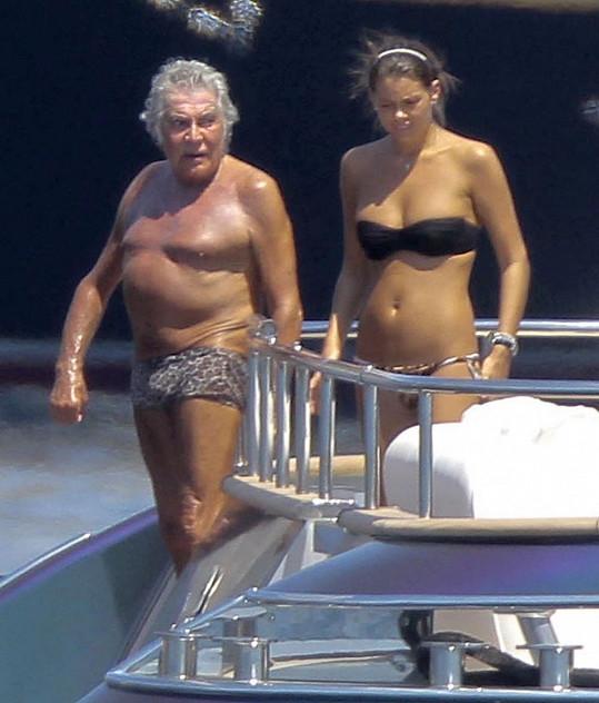 Roberto Cavalli s neznámou brunetkou v Monaku.