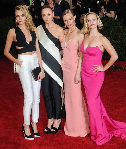 Stella McCartney oblékla Reese Witherspoon, Kate Bosworth, Caru Delevigne a Rihannu.