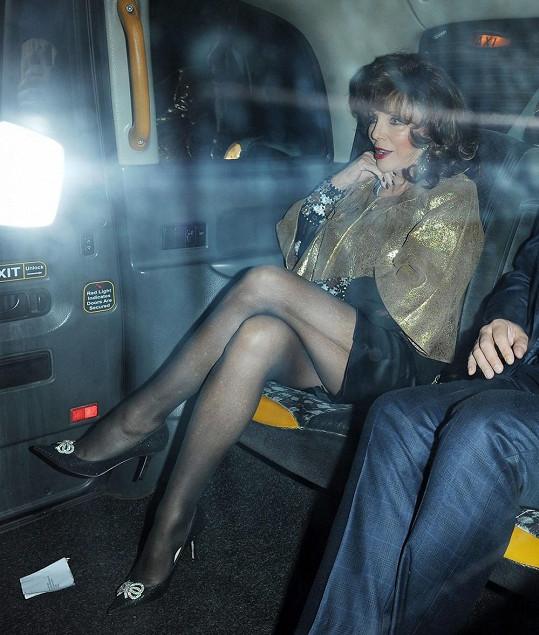 Joan Collins odjíždí z klubu Loulou.