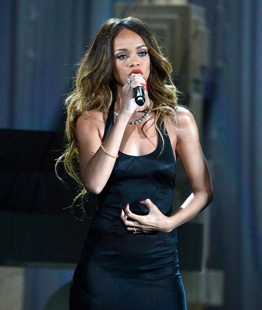 Rihannin prsten na levé ruce vyprovokoval spekulace o zásnubách s Chrisem Brownem.