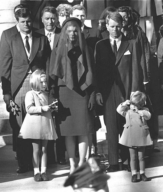 Jackie Kennedyové stál Robert při pohřbu svého bratra Johna po boku. Za pět let zemřel stejnou smrtí....