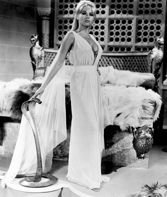 Skvostný dekolt ukázala v britském filmu Její pomsta.