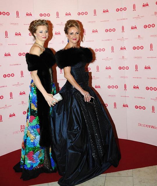 Vendula s autorkou šatů Jitkou Klett.