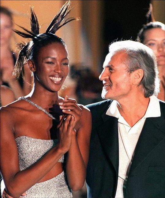 Gianni Versace s Naomi Campbell v březnu 1996