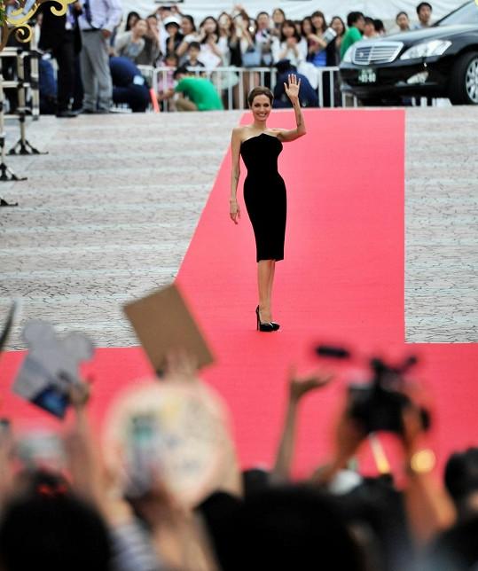Angelina Jolie přiletěla do Japonska na premiéru filmu Zloba - Královna černé magie.