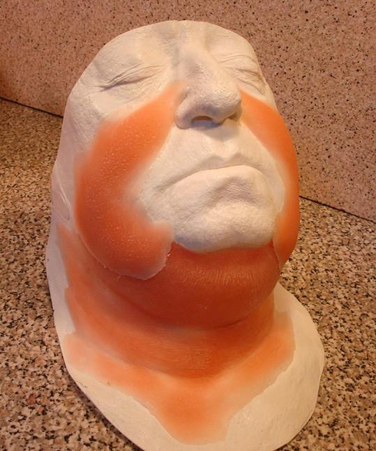 Herec měl na tváři přidělanou speciální masku, aby vypadal tlustší.
