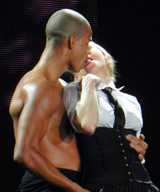 Dvojice spolu laškovala i na pódiu.