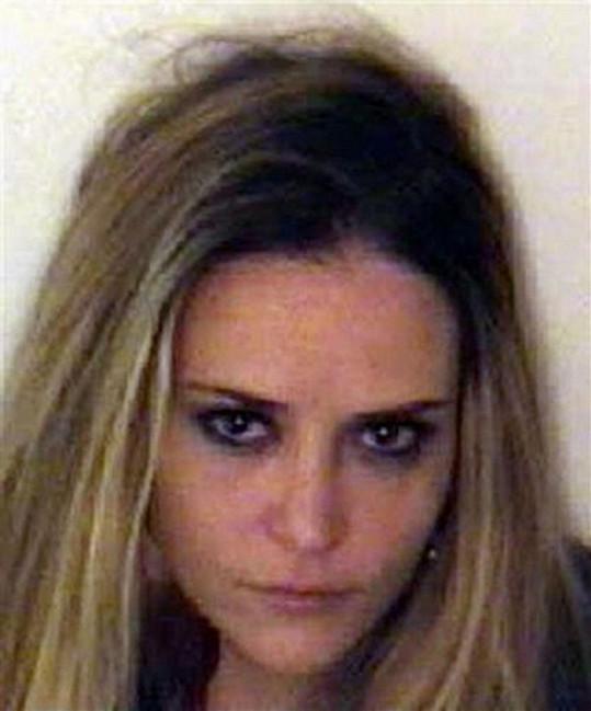 Brooke Mueller na policejním snímku z roku 2011, kdy byla zatčena za držení drog.