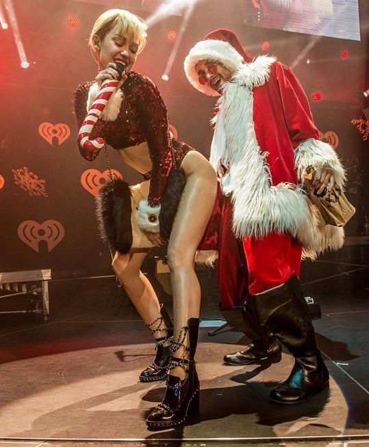 Miley Cyrus sváděla Santa Clause.