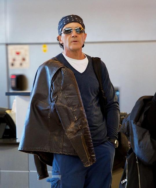 Antonio Banderas na letišti v Los Angeles.