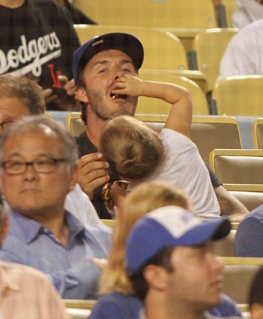 Harper Beckham se o tatínka pěkně postarala.