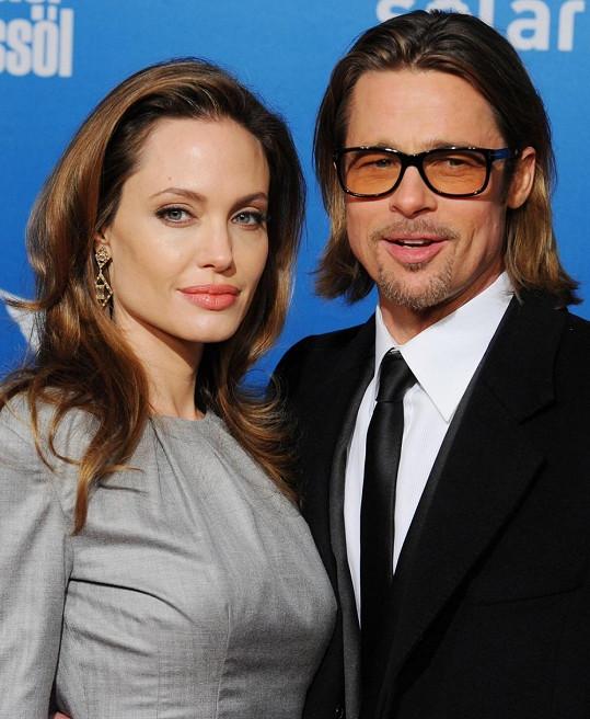 Angelina by si měla Brada hlídat.