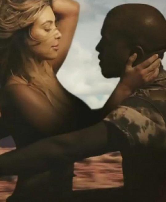 Kim Kardashian se v objetí svého snoubence svlékla.