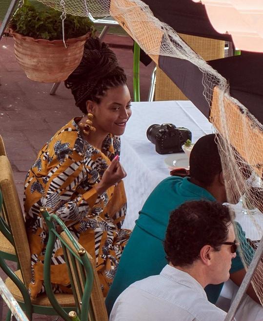 Beyoncé na obědě s manželem a několika přáteli.