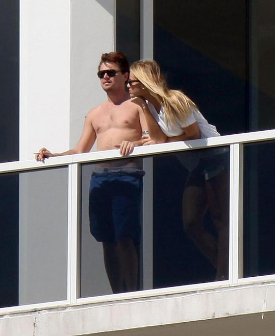 Leonardo DiCaprio na balkóně s kosovskou královnou krásy.