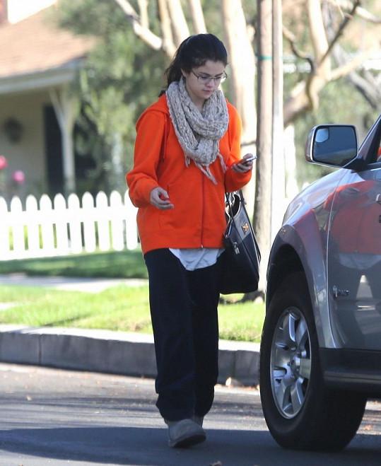 Selena Gomez bez make-upu a v domácím oblečení.