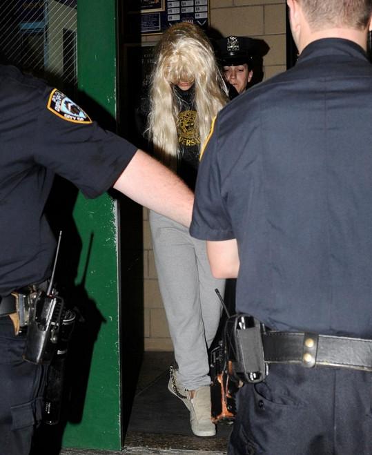 Herečka se při zatčení maskovala parukou.