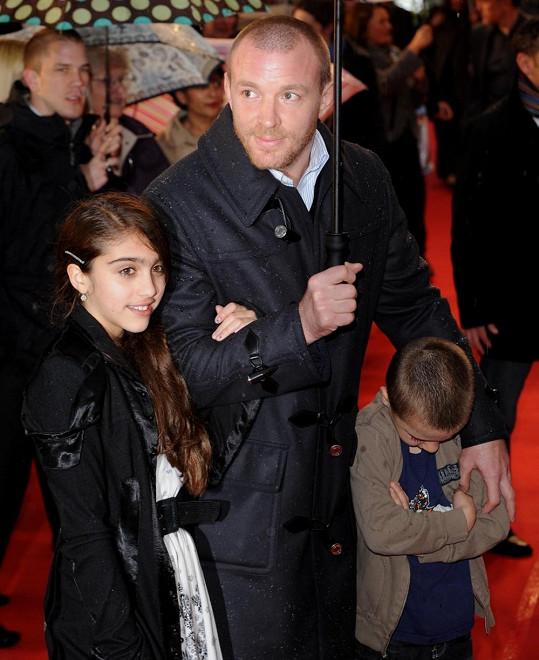 Lourdes měla velice výrazné obočí i v dětství. Na snímku jako jedenáctiletá s Madonniným exmanželem Guyem Ritchiem.