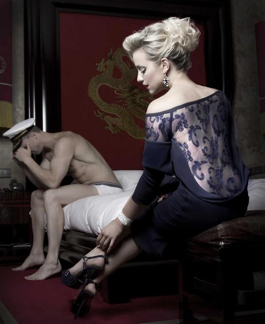 Tereza s nahým mužem v posteli