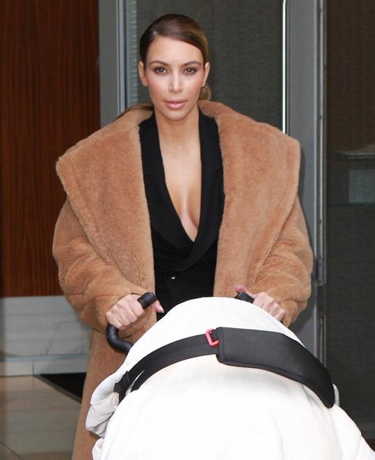 Kim Kardashian nezahálí ani při procházce s dcerkou North.