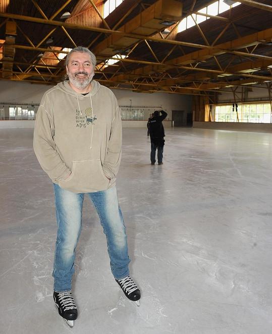 Dan Hůlka se nám kvůli Symfonii ledu předvedl i na bruslích.