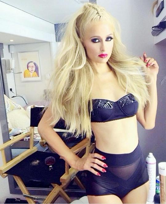 Paris Hilton holduje umělému vzhledu čím dál víc.