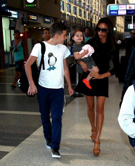 Victoria se synem Brooklynem a dcerou Harper v náručí.
