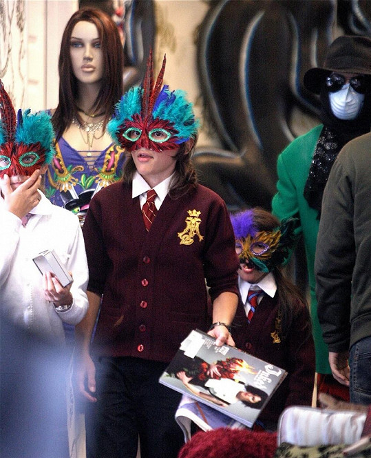 Michael Jackson se svými třemi dětmi.