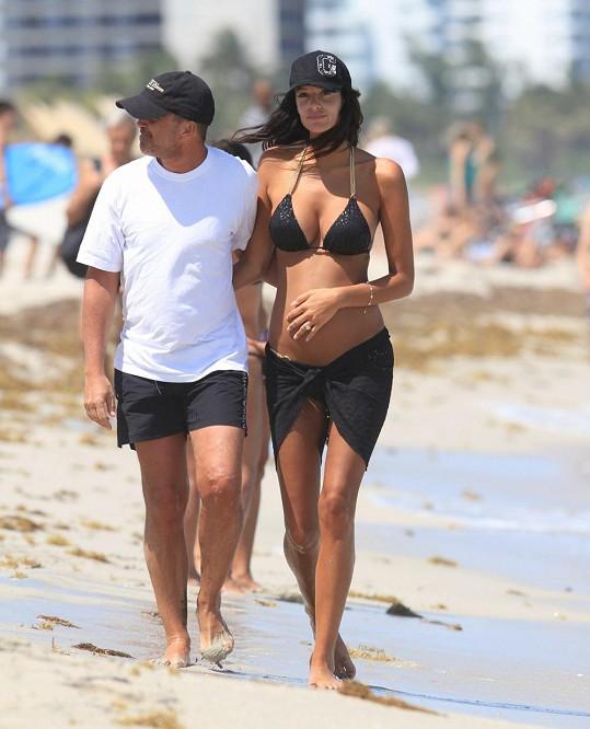 Jade s manželem Arnaudem Lagardère loni v létě před porodem jejich dcery.
