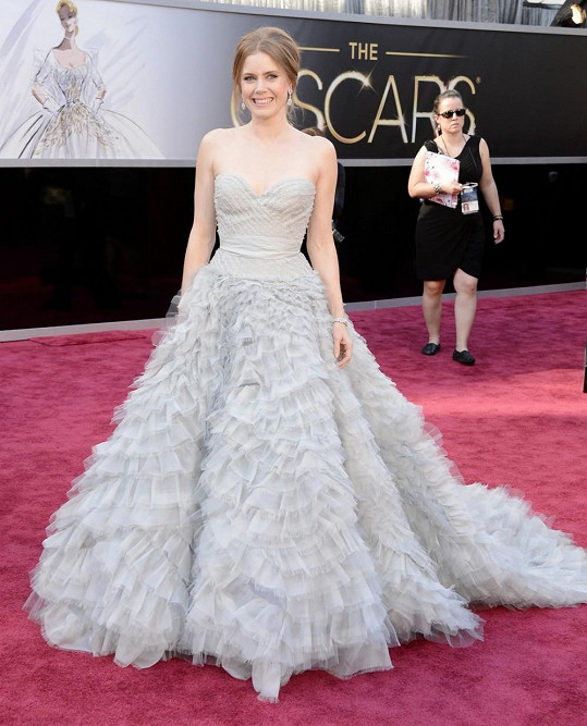 Amy Adams nám v šatech od Oscara de la Renty připomněla svou roli princezny Gizelly z pohádky Kouzelná romance. Může za to nejspíš její nadýchaná sukně.