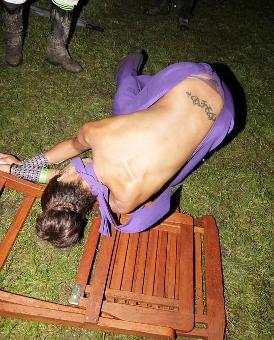 Layla Flaherty neudržela balanc na vratké židli.