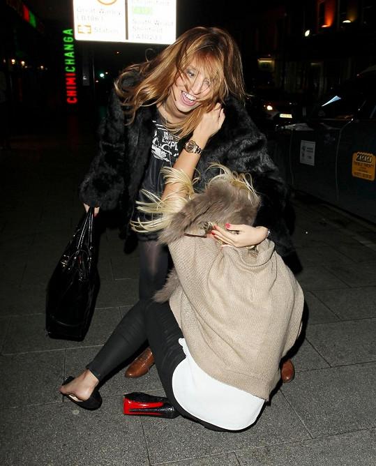 Billie Faiers a její pád na ulici.