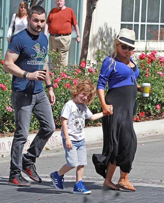 Těhotná Aguilera s partnerem Mattem Rutlerem a svým synem