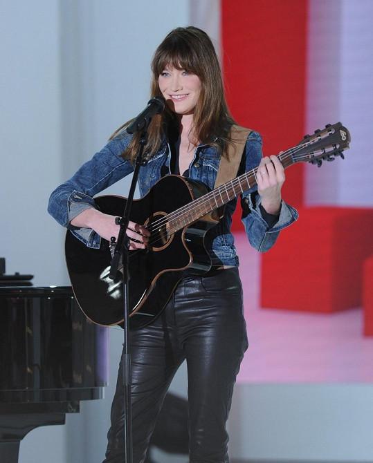 Carla Bruni divákům zazpívala.