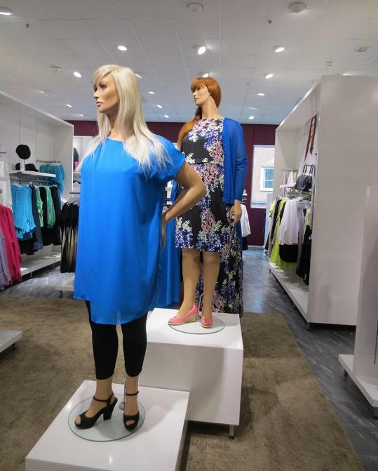 Oblejší figuríny předvádějí módu i spodní prádlo.