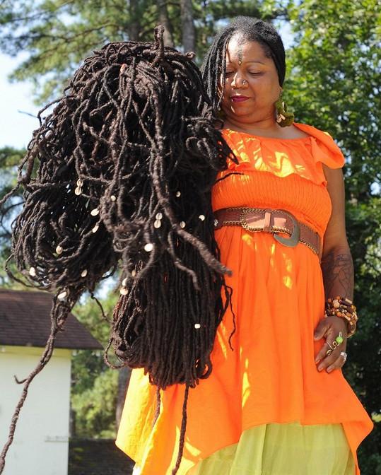 Ashiny dredy váží téměř dvacet kilo.