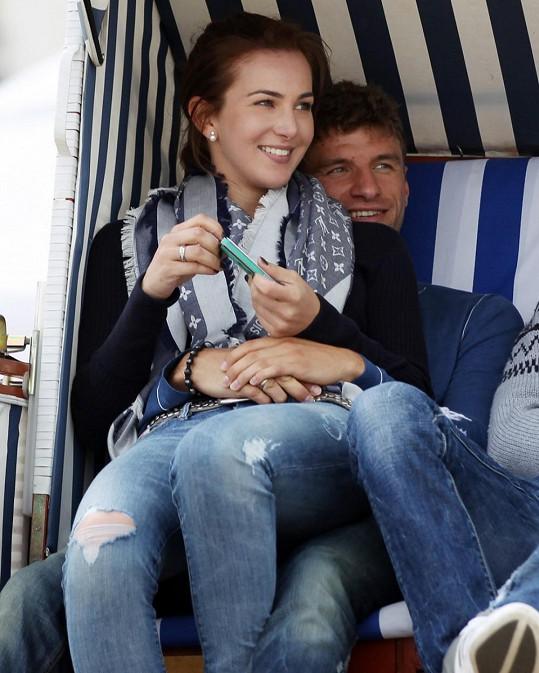 Hvězdný německý útočník Thomas Müller se pyšní manželkou Lisou.