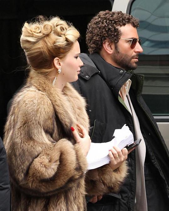 Bradley s kudrnkami na hlavě a Jennifer Lawrence po pravici.
