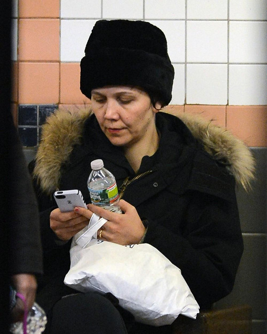Na soupravu metra v New Yorku čekala Meggie Gyllenhaal.