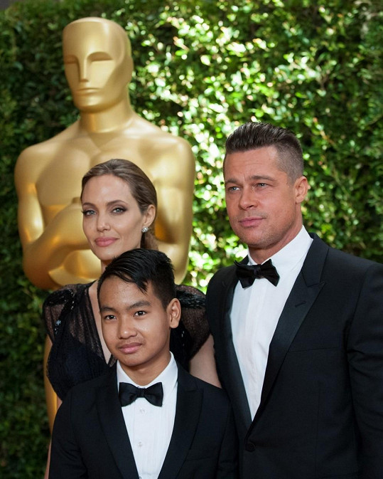 Brad Pitt s Angelinou Jolie a jejich synem Maddoxem