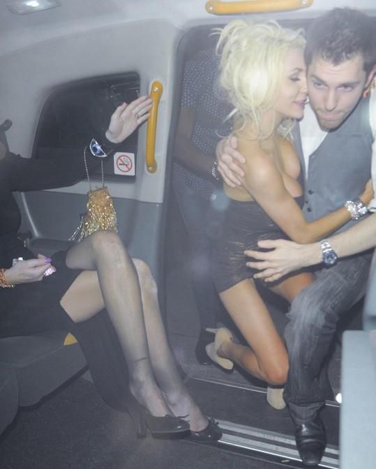 Neznámý mladík měl s opilou Courtney co dělat.