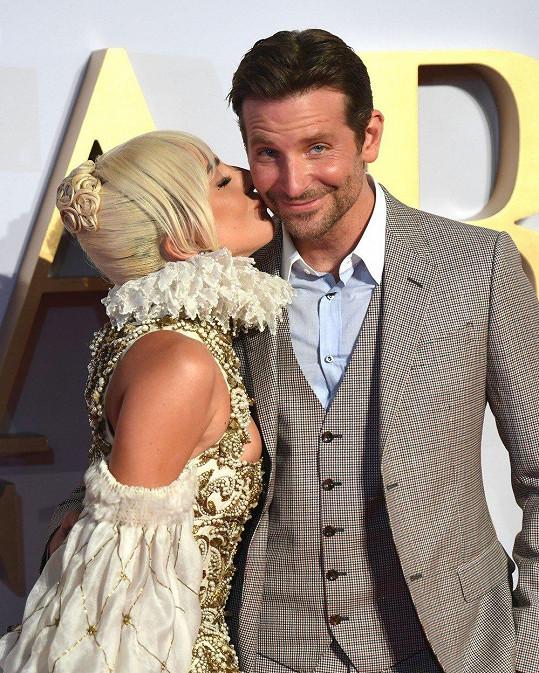 Spekulovalo se, že to mezi hercem a Lady Gaga jiskří trochu moc.
