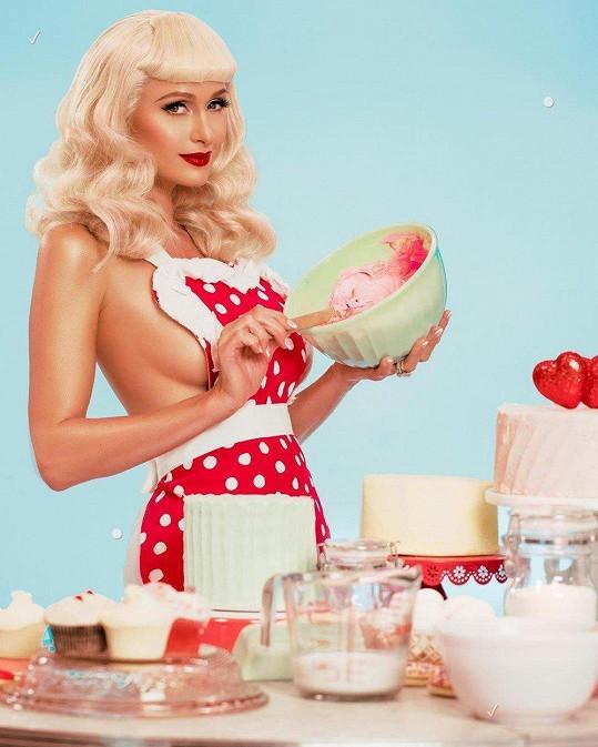 Paris Hilton se předvede jako sexy hospodyňka.