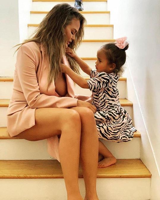 Chrissy Teigen vzbudila rozruch fotkou s dcerou Lunou.