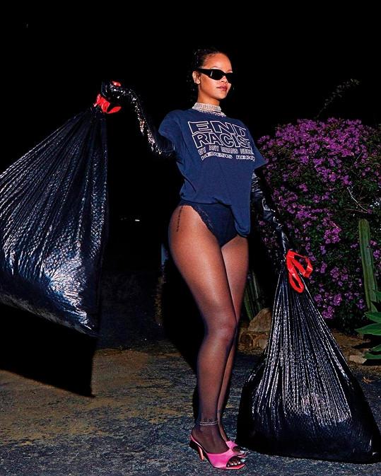 Stylová je, i když jde s odpadky.
