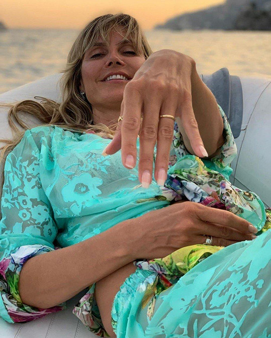 Heidi Klum se pochlubila snubním prstenem.